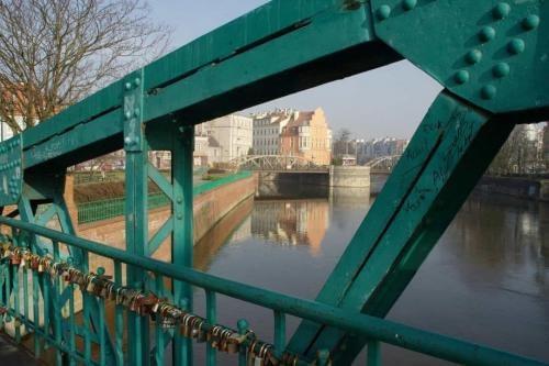 most z klodkami