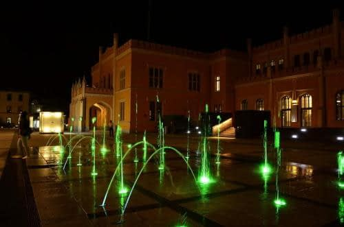 fontanna dworzec nocą